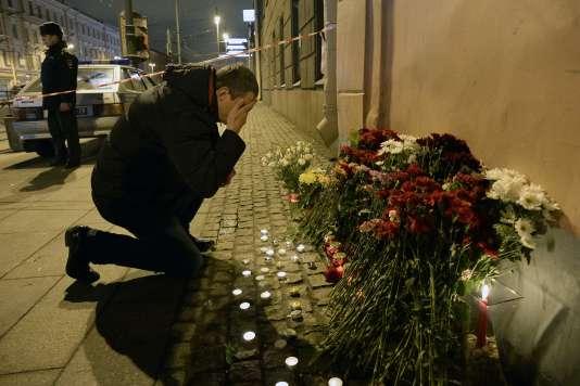 Un homme se recueille près de la stationInstitut-Technologique, le 3 avril, dans la soirée.