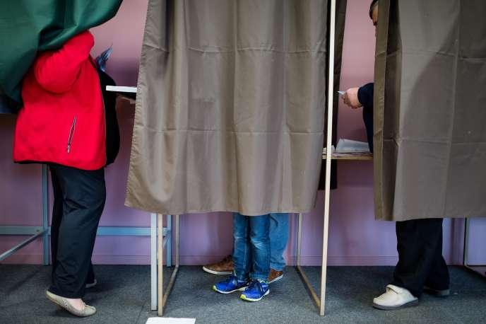 Des électeurs dans un bureau de vote àSaint-Malo-du-Bois(Vendée), le 6 décembre 2015.
