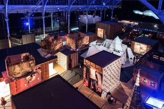 Les cabanes à l'envers de Pascale Marthine Tayou dans le cadre de l'exposition«Afriques capitales» à la Grande Halle de La Villette à Paris.