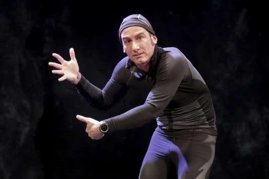 Yohann Métay dans « La Tragédie du dossard 512 », au Théâtre Tristan Bernard, à Paris.