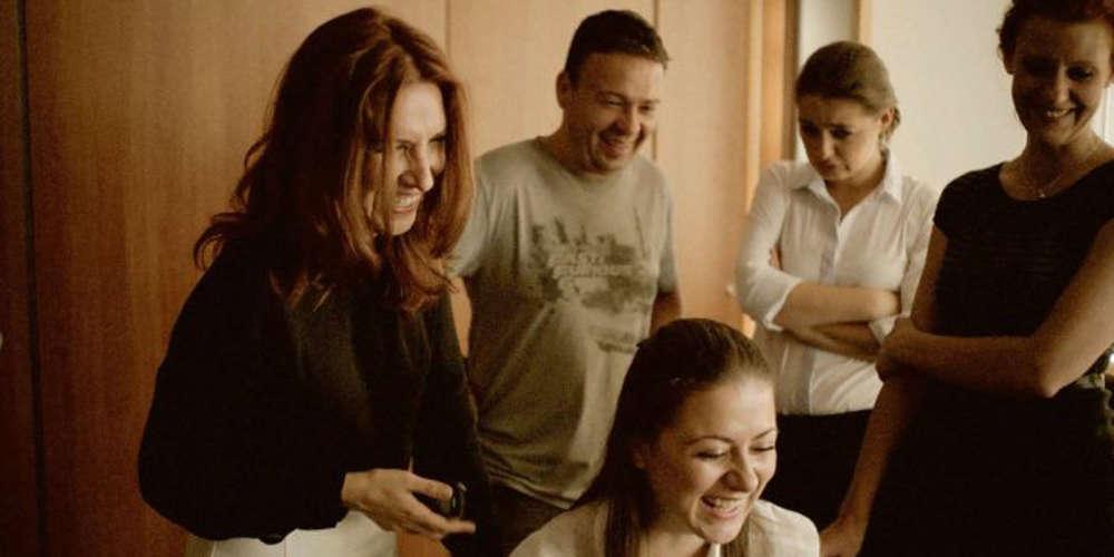 Le nouveau cinéma bulgare est une histoire de familles, celle d'une petite communauté qui s'entraide pour créer des films avec le peu de moyens du bord. «On s'aide en se prêtant des caméras, des objectifs, on peut collaborer sur les scénarios, explique Petar Valchanov, le coréalisateur de «Glory». On forme un groupe informel qu'on a appelé Rocket.» La fusée du cinéma bulgare est en train de décoller. Au Festival de Locarno 2016, deux films bulgares étaient en compétition, «Glory», de Kristina Grozeva et Petar Valchanov, et «Godless», de Ralitza Petrova, qui a remporté le Léopard d'or.