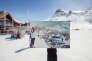 A Tignes, les bâtiments à toits papillons des années 1970 ont cédé la place à des chalets, la place a été rendue aux skieurs.