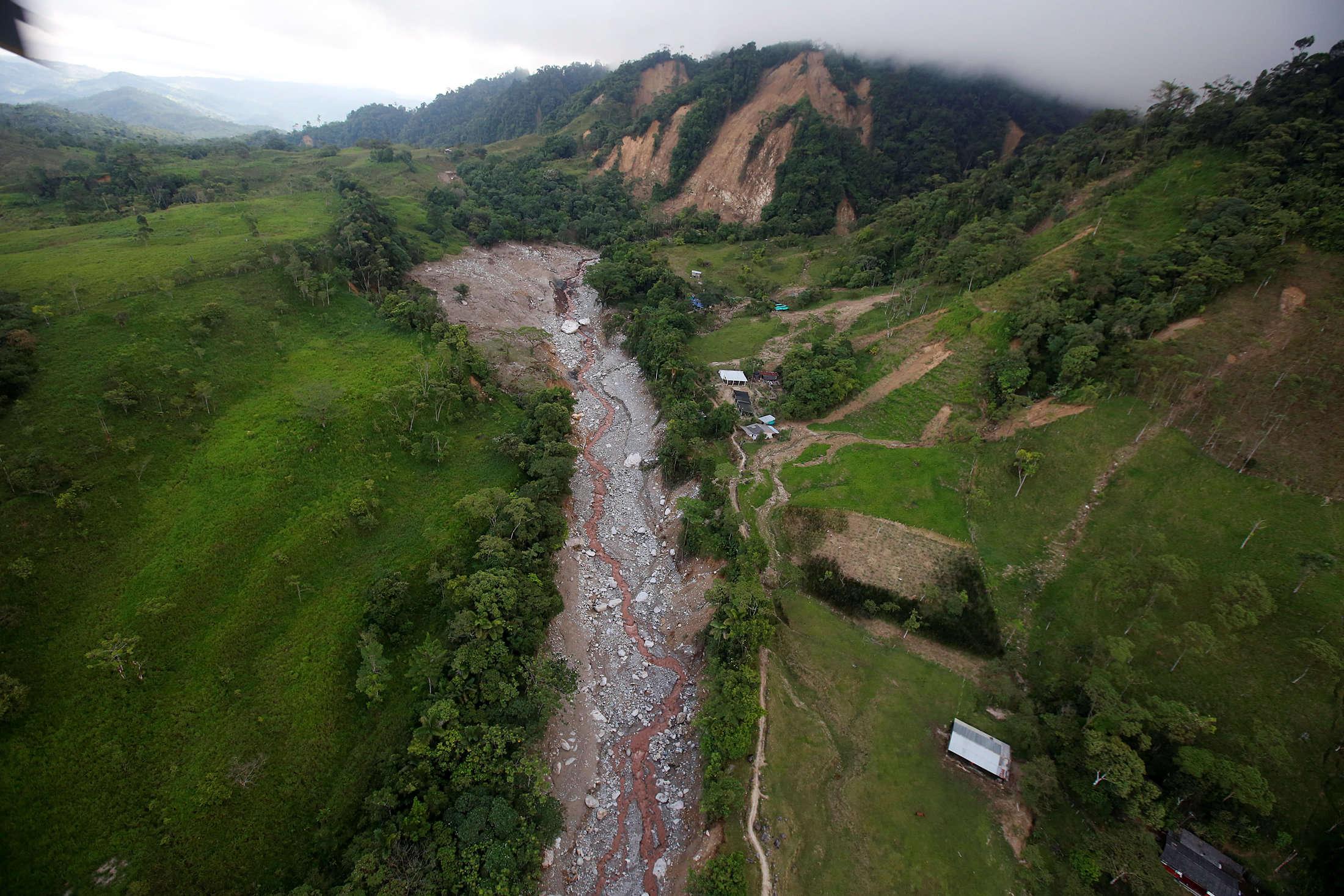 Vue aérienne de l'origine de la coulée de boue. Les coulées de boue meurtrières sont généralement issues d'une combinaison de facteurs: planification urbaine défaillante, sols fragilisés par la déforestation, précipitations extrêmes.