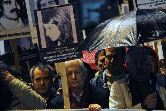 Le magistrat français Louis Joinet, fondateur du Syndicat de la magistrature, qui fait partie des victimes des menaces récentes, lors d'une marche pour réclamer justice pour les victimes de la dictature militaire, à Montevideo, le 20 mai 2014.