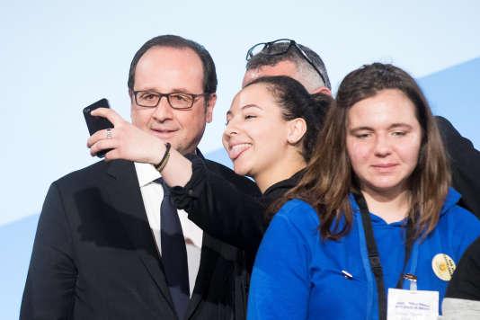 François Hollande avec une étudiante à l'Élysée, lors de l'événement« Non au harcèlement», le 4 avril 2017.