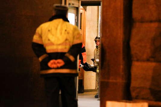 Les secours évacuent la dépouille d'une des victimes, dans la soirée du 3 avril.