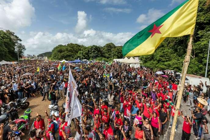 Des manifestants près du centre spatial à Kourou, en Guyane, le 4 avril.