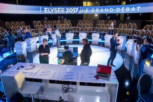 Préparation du plateau de BFM qui accueillera le débat entre les onze candidats à la présidentielle 2017, ce mardi 4 avril.