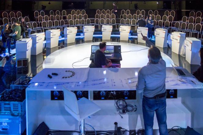 Préparation, le 3 avril, du plateau qui accueillera le débat entre les onze candidats à la présidentielle 2017.