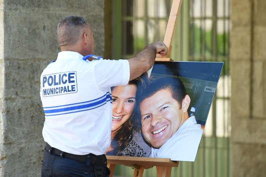 Le 20 juin 2016, un policier décroche la photo du policier français Jean-Baptiste Salvaing et de sa compagne Jessica Schneider, tués à Magnanville.