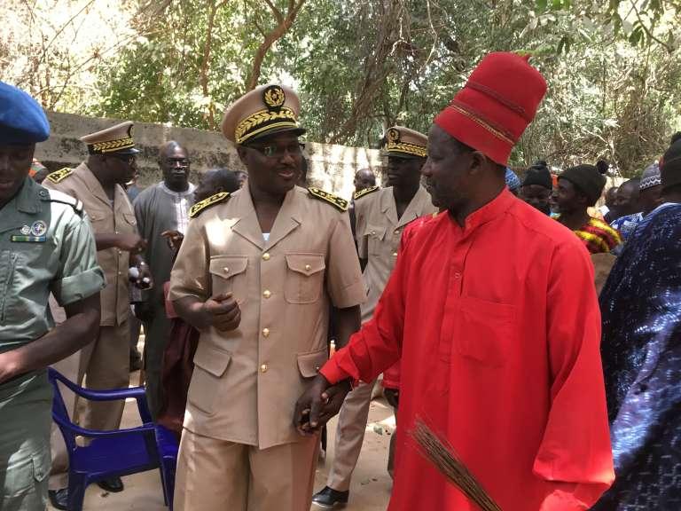 Le roi d'Oussouye, Sibiloumbaye Diédhiou (en rouge), avecle gouverneur de Ziguinchor, Guedj Diouf, à l'orée du bois sacré, le 24mars 2017.