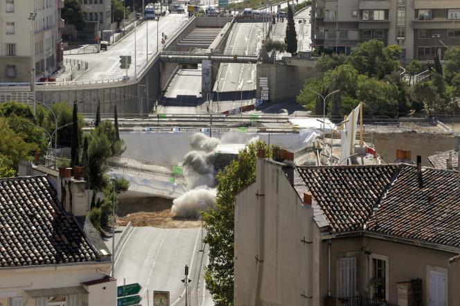 Les deux ponts dont celui reliant le centre-ville à l'autoroute A7, s'écroulent après leur dynamitage, le 7 juillet 2010 à Marseille. Ce dynamitage est le point de départ du réaménagement du quartier de la porte d'Aix (nord du centre-ville) au coeur d'Euroméditerranée.