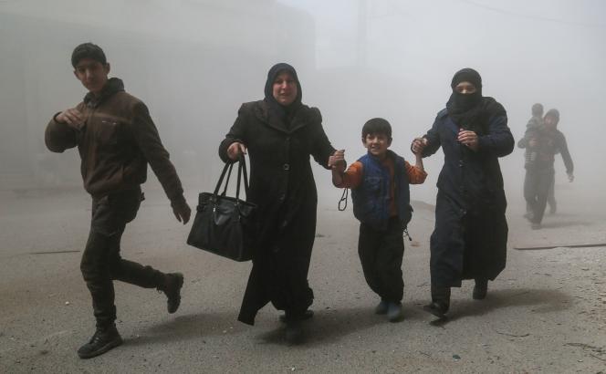 Des Syriens de Damas fuientl'attaque chimique présumée perpétrée en Syrie, qui a fait 100 morts, le 4 avril.