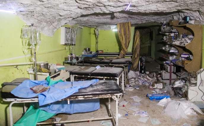 Une photo, prise mardi 4 avril, montre les dégats subis par l'hôpital de Khan Cheikhoun à la suite d'un bombardement.