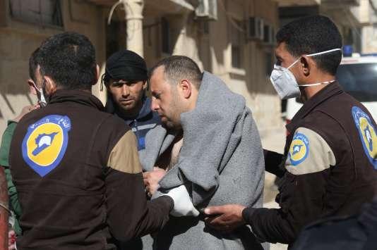 Un homme est pris en charge par des secouristes à Khan Cheikhoun, un village près d'Idlib,une ville du nord-ouest de la Syrie tenue par les rebelles, le 4 mars.Plusieurs vidéos, tournées par des secouristes ou des activistes locaux, attestent de l'attaque.