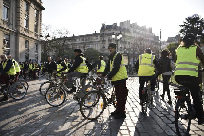 Une manifestation des salariés de Vélib', inquiets pour leur emploi, devant la mairie du 13earrondissement, à Paris, le 4avril.