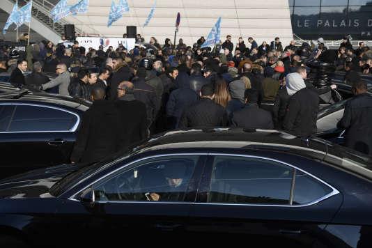 Des chauffeurs de VTC protestent contre les pratiques d'Uber, et réclament une hausse de leur salaire, Porte Maillot, à Paris, le 15 décembre 2016.
