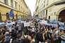 Des manifestants hongrois protestent contre l'adoption, par le Parlement, d'une loi susceptible de conduire à la fermeture de l'Université d'Europe centrale (CEU), aux abords de la CEU, à Budapest, le 4 avril 2017.