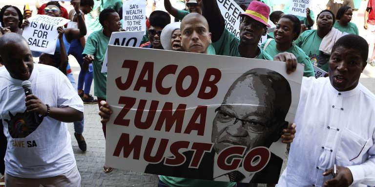 Des manifestants brandissent des affiches réclamant la démission du président sud-africain, Jacob Zuma, à Pretoria, le 4 avril 2017. Parmi les slogans, on peut lire : «Jacob Zuma doit partir» ou « Les richesses de l'Afrique du Sud appartiennent au peuple».