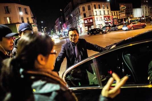 Dans le quartier des Quatre-Chemins, entre Aubervilliers et Pantin (Seine-Saint-Denis), Chen Guangrong et une dizaine de collègues chauffeurs raccompagnent bénévolement les femmes d'origine chinoise après leur travail.