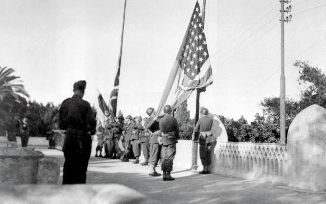 Le cliché d'une levée de drapeaux en Algérie en 1942.