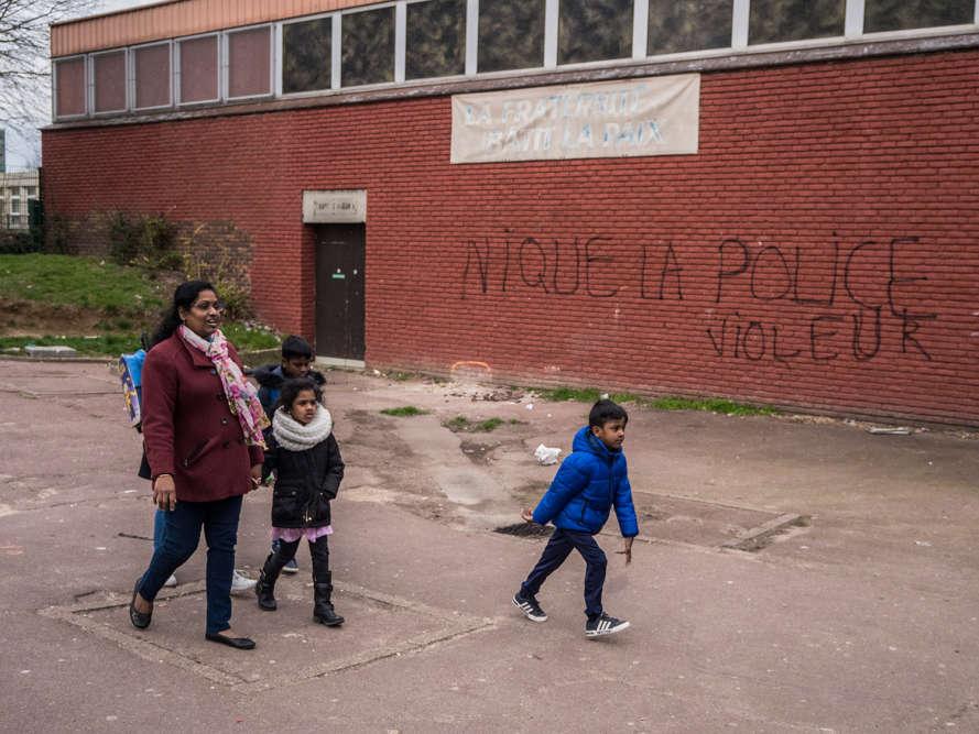 Aux 3 000, dans la partie nord de la ville, un tag sur le mur de la dernière église du quartier rappelle l'affaire Théo L.