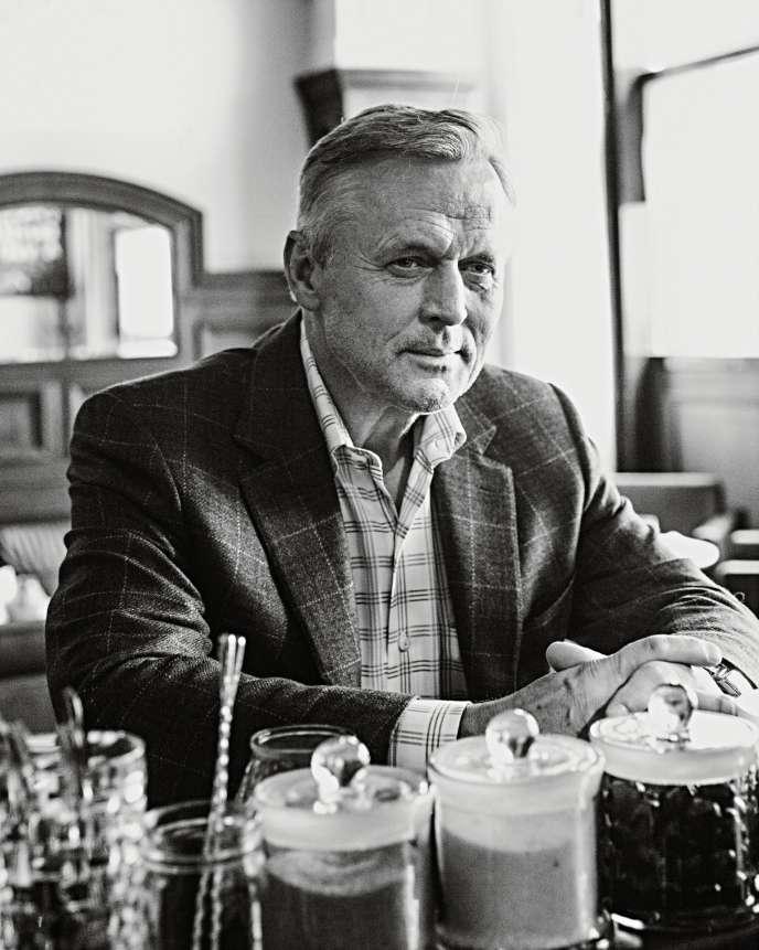 John Grisham, au café Le Procope, à Paris, où il est venu présenter son dernier thriller, «L'Informateur».