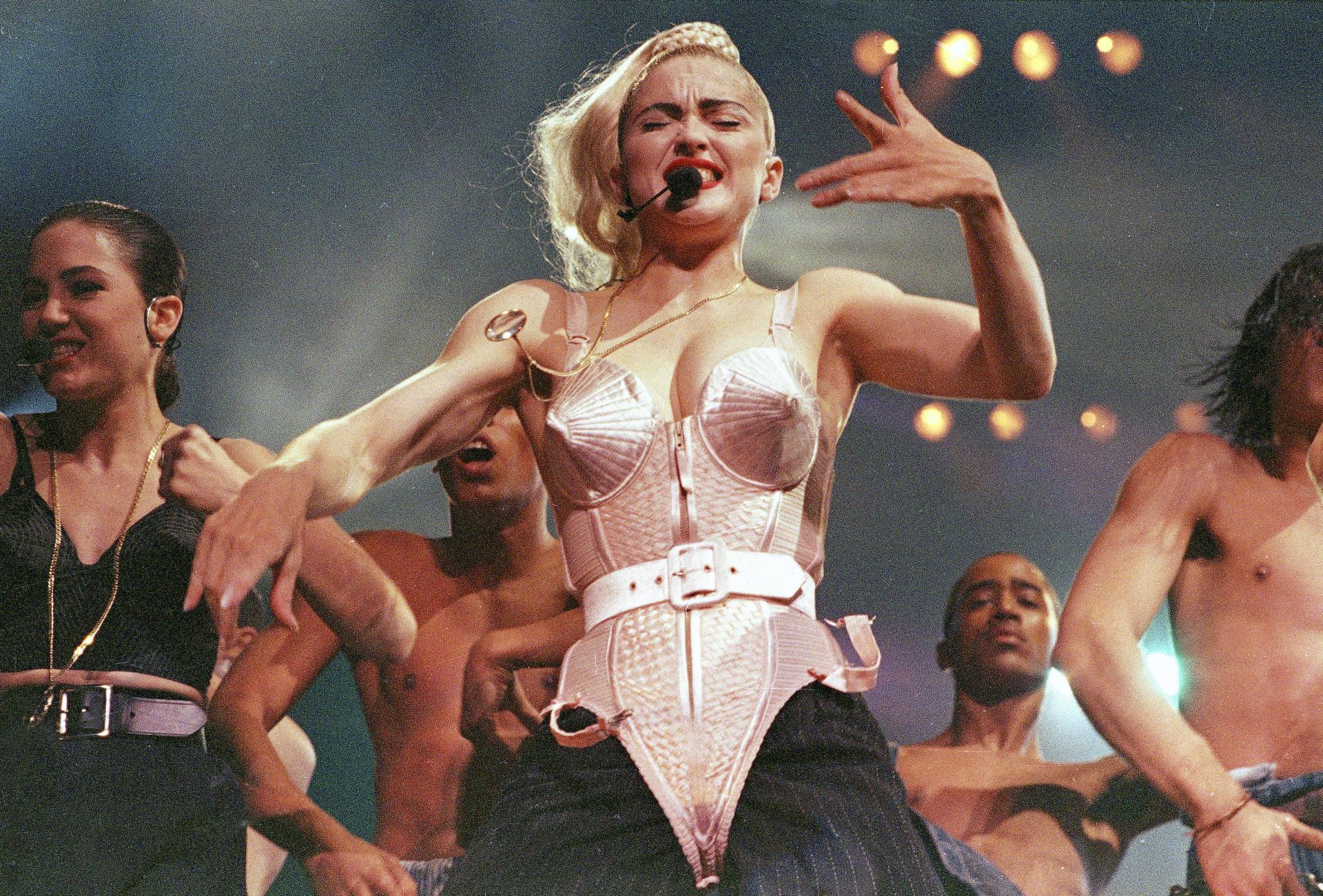 La tournée Blond Ambition de Madonna, dans son corset Gaultier devenu célèbre.