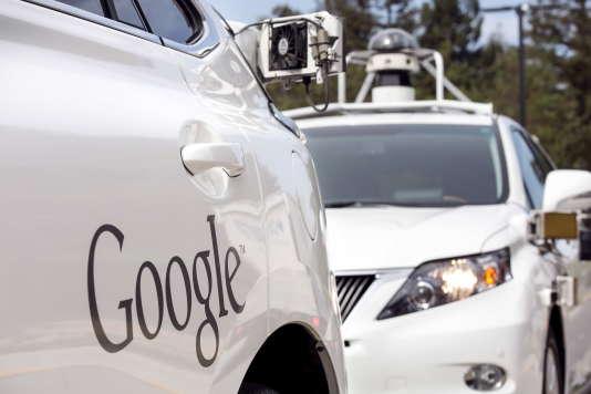 Des Lexus customisées en voitures autonomes par Google, à Mountain View, en Californie.