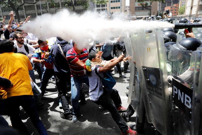 Les policiers vénézuéliens ont utilisé des gaz lacrymogènes lors de heurts avec des opposants au président Maduro, à Caracas, le 4 avril.