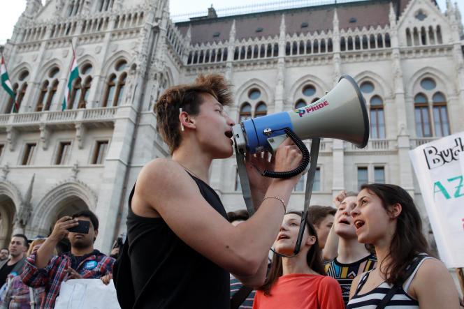Des étudiants manifestent devant le Parlement contre la politique de Viktor Orban, à Budapest, le 2avril.