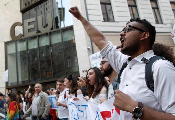 Des étudiants manifestent leur opposition au président Orban, devant l'« université Soros» de Budapest, le 2 avril.