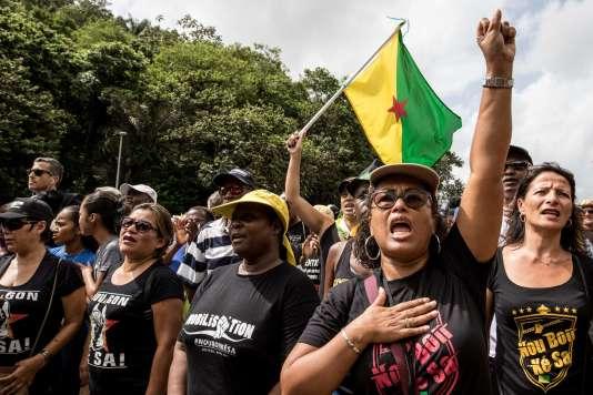 Un accord de fin de conflit a été signé il y a plus d'une semaine pour lever les barrages qui paralysaient la Guyane – ici, une manifestation à Kourou, le 4 avril.