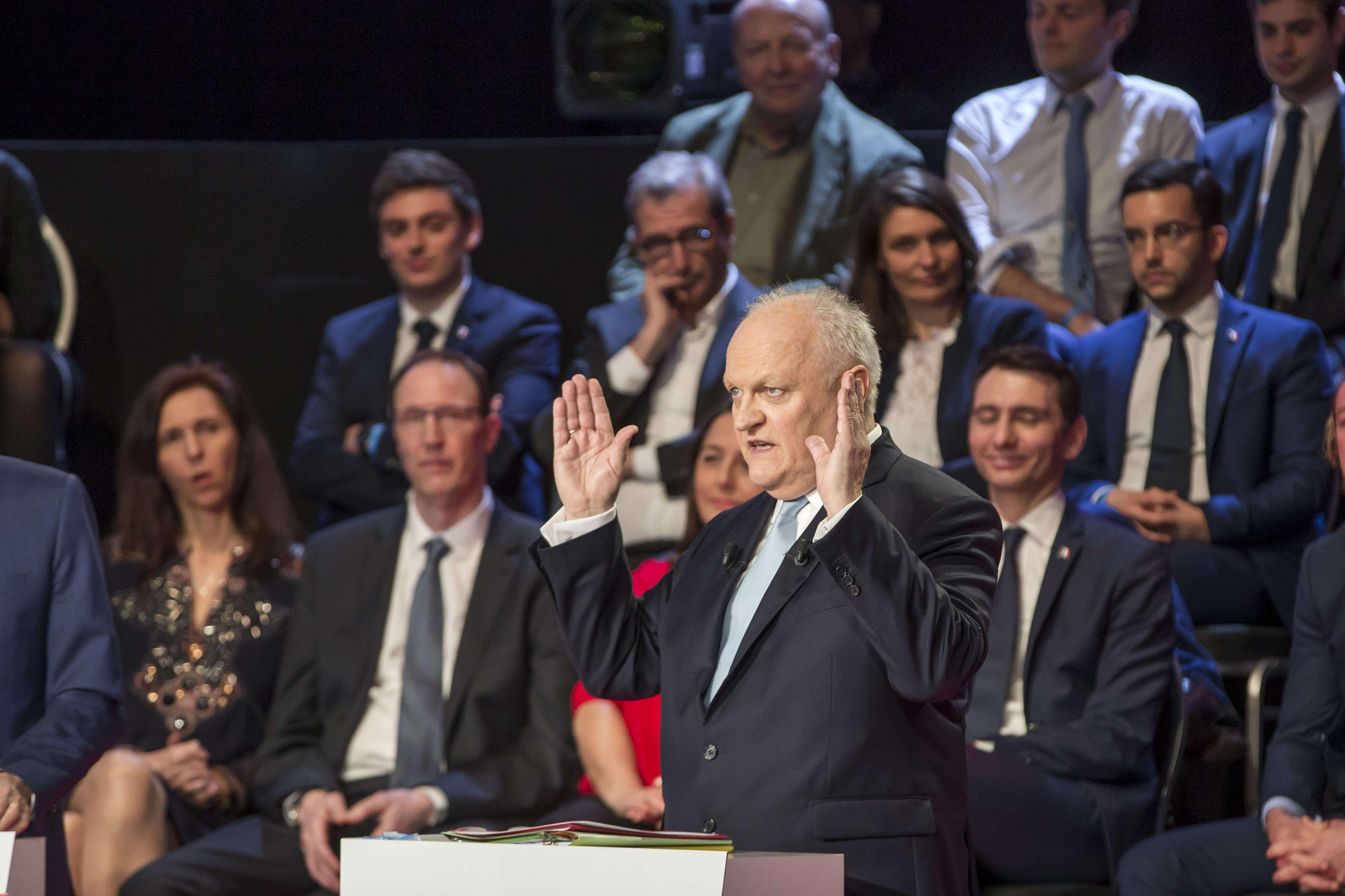 Pour le souverainiste François Asselineau (Union Populaire républicaine) : «Toutes les grandes décisions sont désormais prises par la Commission européenne, la Banque centrale, l'OTAN. Tout ceci nous mène à la destruction de nos acquis sociaux (…) tout ceci nous mène au désastre», a-t-il affirmé.