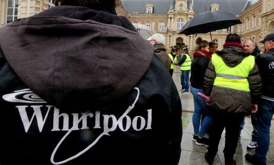 Les salariés de Whirlpool manifestent, le 4 février, devant la mairie d'Amiens pour protester contre la fermeture de l'usine d'électroménager.