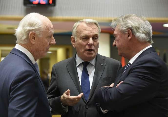 L'émissaire des Nations unies pour la Syrie, Staffan de Mistura (à gauche), s'entretient avec Jean-Marc Ayrault (au centre) et le ministre des affaires étrangères belge, Jean Asselborn, à Bruxelles, le5avril2017.