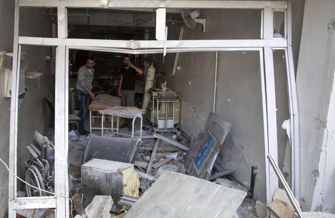 Le 28 avril 2016, dans les décombres de l'hôpitalAl-Qods, après un bombardement aérien.
