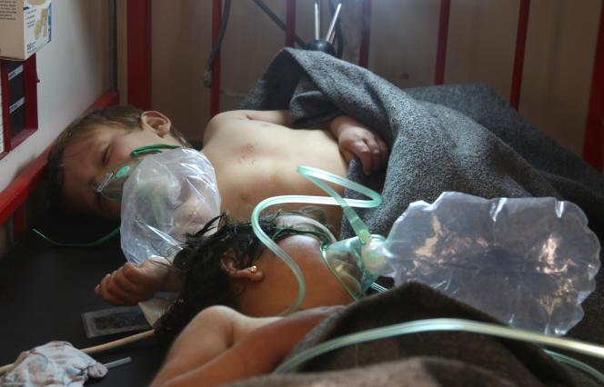 Des enfants syriens dans une clinique de Maaret Al-Nouman, après l'attaque chimique, le 4 avril.