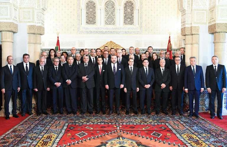 Le nouveau gouvernement, autour du roi Mohammed VI, le 5 avril à Rabat.