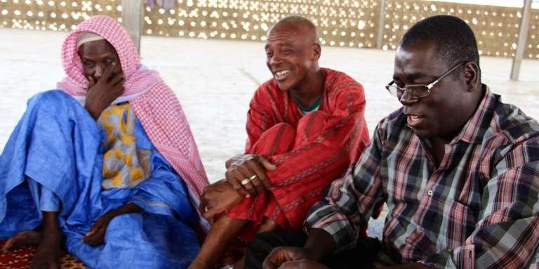 De gauche à droite: l'imam Mamoudou Yaya Cissé, son traducteur et le prêtre Paul Ramdé, président de l'Union fraternelle des croyants de Dori, le 20mars 2017, au Burkina Faso.