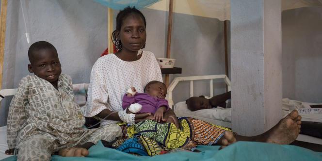 Maïmouna, 24ans, et ses enfants, à l'hôpital régional de Maroua, dans le nord du Cameroun.