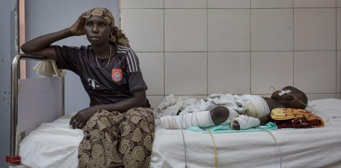Fadi, rescapée des combats contre Boko Haram, à l'hôpital régional de Maroua, dans le nord du Cameroun.
