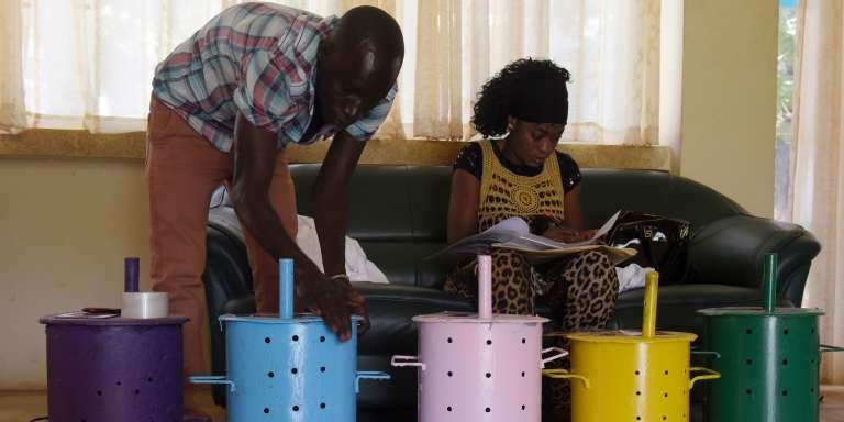 Des agents électoraux préparent les urnes dans un bureau de vote de Banjul, la capitale gambienne, le 5 avril 2017, à la veille du premier scrutin législatif de l'ère post-Jammeh.