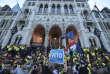 Manifestation devant le Parlement hongrois, à Budapest, le 4 avril 2017, contre le projet de loi privant de licence les universités étrangères qui n'ont pas de campus dans leur pays d'origine.