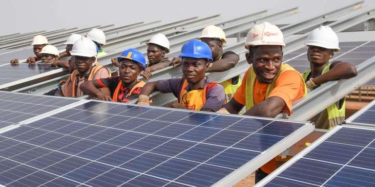Sur le chantier de la centrale solaire de Zagtouli, au Burkina Faso, le 4avril 2017.