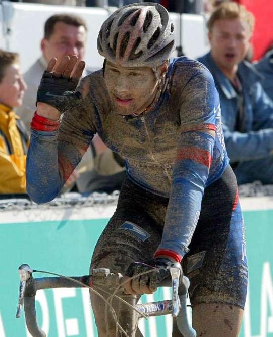 « Coucou, c'est moi»: en 2002, pour son premier Paris-Roubaix à l'âge de 21ans, Tom Boonen termine troisième et tout crotté, après avoir pourtant travaillé pour son leader de l'US Postal George Hincapie. L'équipe belge Quick-Step rachète son contrat après être passé à côté du meilleur espoir du pays.« On m'avait dit qu'il était trop lourd», raconte aujourd'hui son patron, Patrick Lefevere.