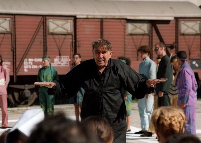 Armand Gatti s'adresse au public dans le cadre de sa pièce «Adam quoi?»à Marseille, le 27 juillet 1993.