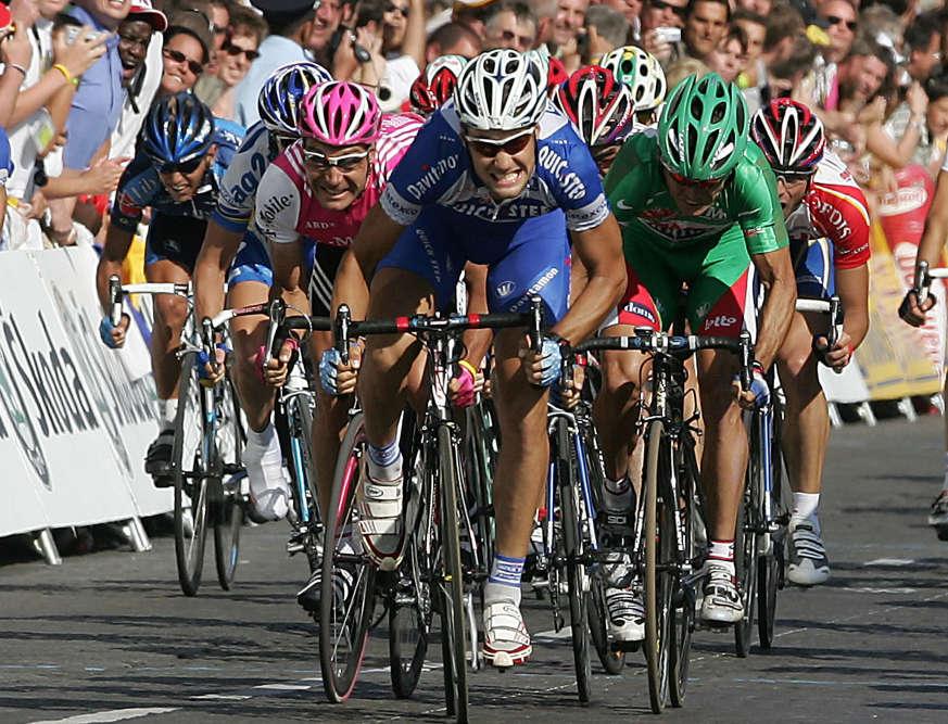 Toutes dents dehors, Tom Boonen s'impose sur les Champs-Elysées à l'issue du Tour de France 2004, la deuxième de ses six victoires sur la Grande boucle. A l'époque, Boonen est parmi les meilleurs sprinteurs du monde, remportant cette année-là 19courses. Mais l'histoire se souvient plutôt de ce 25juillet 2004 comme du jour où l'homme dont on ne doit pas prononcer le nom a remporté son sixième Tour de France.