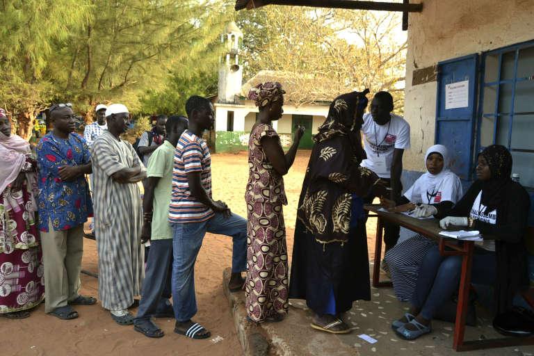 File d'attente dans un bureau de vote à Banjul, en Gambie, le 6 avril.