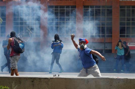 Des heurts ont éclaté jeudi 6 avril à Caracas, capitale du Venezuela, entre opposants au président socialiste, Nicolas Maduro, et policiers.